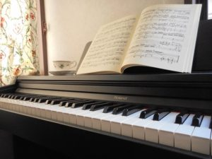 ピアノを弾くことが生活に溶け込んでいる風景